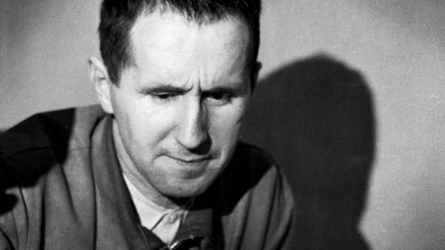 Tiyatro ve yabancılaştırma kavramları bir araya gelince aklımıza gelen ilk isim kuşkusuz Bertolt Brecht oluyor. Brecht Aristotelesçi Tiyatro'ya karşı geliştirdiği Epik Diyalektik Tiyatro anlayışı ile Geleneksel Tiyatro'ya karşı en güçlü anti-tezi savunmuş ve uygulamıştır.