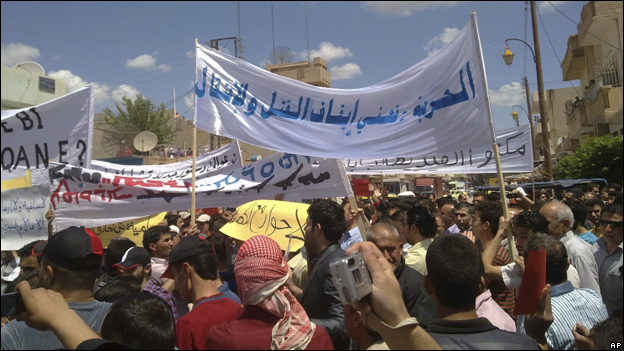 A mobile phone snapshot, reportedly taken in Qamishli on 29 April, shows protesters carrying banners written in Arabic and Kurdish demanding democracy.