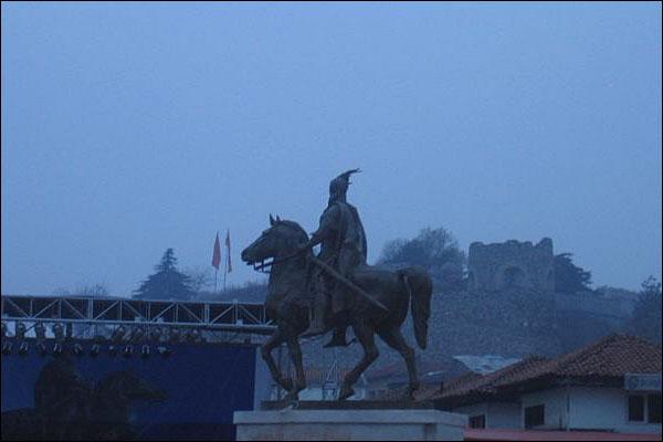 Në Shkup vendoset statuja e Skënderbeut