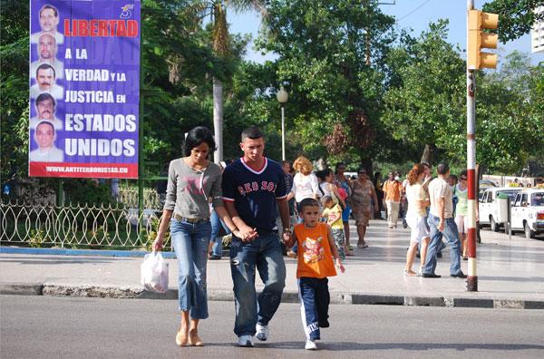 Desde hace 13 años por toda la isla se ven carteles reclamando la libertad de los 5 agentes presos en EE.UU. (Foto: Raquel Pérez)