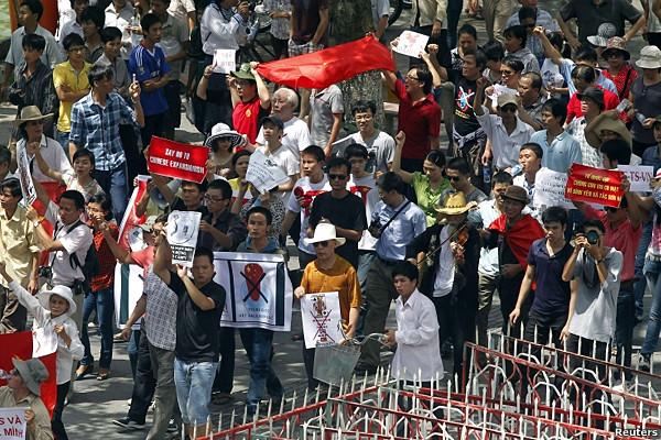Đông đảo bạn trẻ tham gia biểu tình chống Trung Quốc ở Hà Nội hôm 14/8