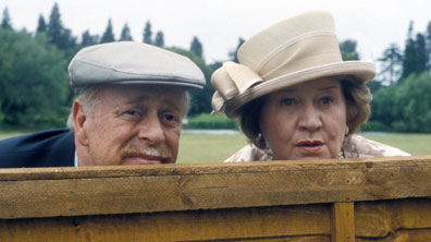 Richard and Hyacinth Bucket peering over a fence