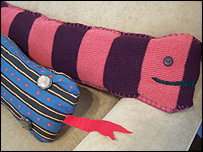 Feb 10, · DIY Draught Excluder – Materials: tights; cardboard; parchment paper; fabric paint; sponges; red yarn; googly eyes or buttons; hot glue gun; scissors; sewing needle; white thread; filler material (we used Polyfil) How to Make a DIY Draught Excluder Snake: 1. Begin by measuring the width of your door or window seal.