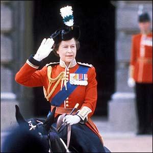 Reina Isabel II en desfile militar de 1981.