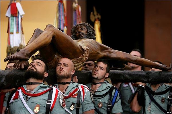 Miembros de la Legión Española con una imagen de Jesucristo