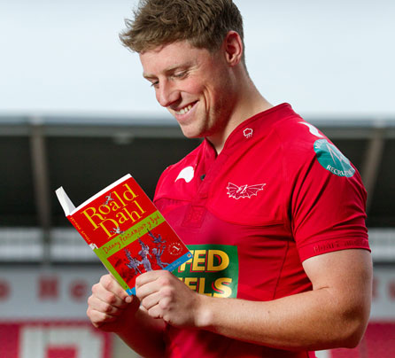 Rhys Priestland reading Roald Dahl's classic Danny Champion Of The World in Welsh, Danny Pencampwr Y Byd