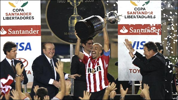 Juan Sebastian Veron lifts the Copa Libertadores
