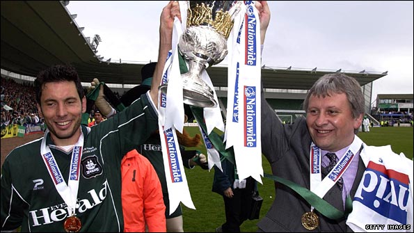 David Friio and Paul Sturrock parade the 2002 Division Three trophy