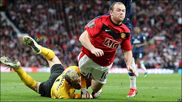 Rooney is brought down by Manuel Almunia