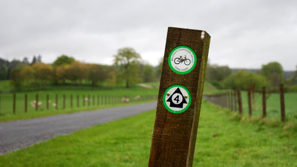 Cycle way marker pointing towards Drumlanrig Castle