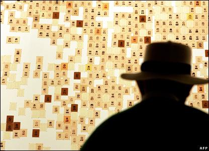 tangan foto dari 3.556 tentara Amerika yang tewas dalam perang Irak