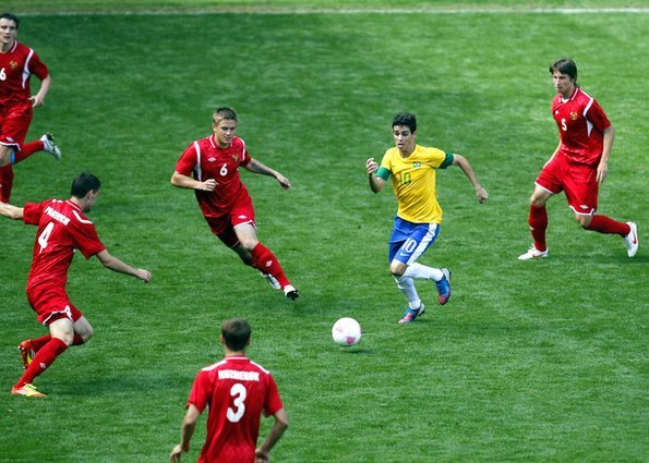 Oscar takes on the Belarus midfield in the Olympic tournament