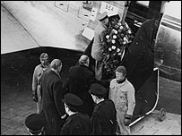 Duncan Edwards' is flown home (22/02/58)