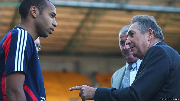 Houllier chats to Thierry Henry