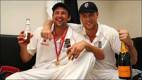 Steve Harmison and Flintoff celebrate the Ashes victory