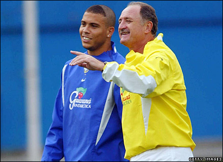 Scolari chats to Ronaldo in 2002