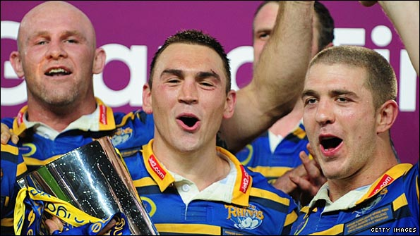 Sinfield poses with the Super League trophy with coach Brian McClennan