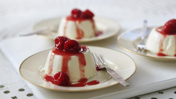 Vanilla panna cotta with raspberries
