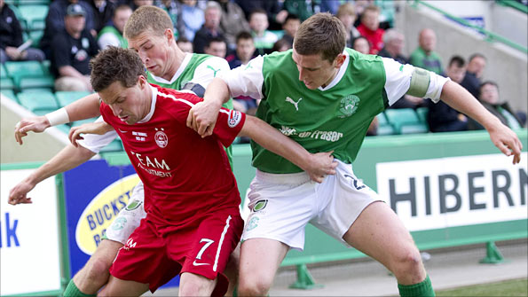 Aberdeen striker Chris Maguire is closed down by Hibernian defenders David Wotherspoon and Paul Hanlon