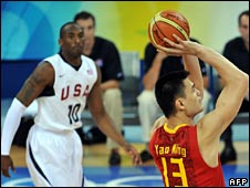 <br /> China's Ming Yao (R) shoots at the basket in front of Kobe Bryant from the US during a 2008 Beijing Olympic Games