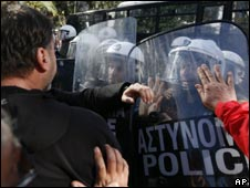 Municipal workers scuffle with riot police in Athens (23 Nov 2010)