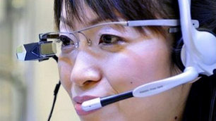 Spectacles that transmit sub-titles direct to the eye