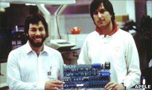 Steve Wozniack (l) and Steve Jobs (r) with the Apple 1 computer
