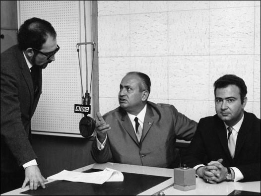 BBC Türkçe'den Hilmi Yavuz, İngiltere'de incelemelerde bulunan İstanbul Emniyet Müdürü Muzaffer Çağlar (solda oturuyor) ve Yabancılar Şubesi Müdürü Alaattin Sarp ile mülakata hazırlanıyor. 8 Mayıs 1968 © BBC
