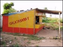 Duvarında Galatasaray yazan bir bina