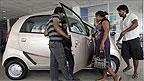 Casal examina Tata Nano em concessionária da Índia (AP)