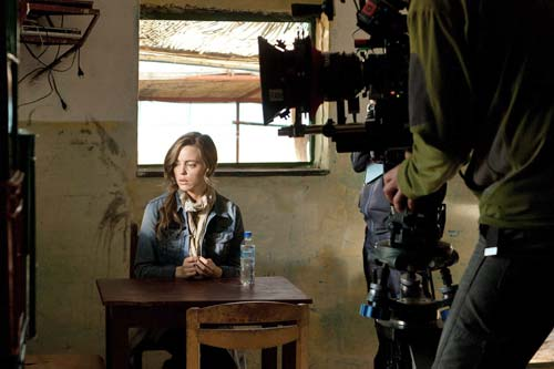 Sam Hunter (Melissa George) on the set