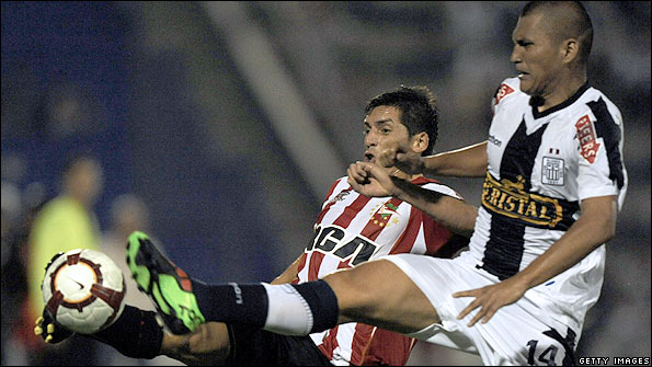 Jose Sosa (left) of Estudiantes and Carlos Solis of Alianza Lima