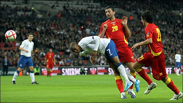 Ashley Young goes to ground in the penalty area. Photo: Getty Images