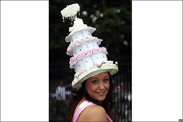 a59318a4dd53e Mujer luciendo un sombrero en el Royal Ascot
