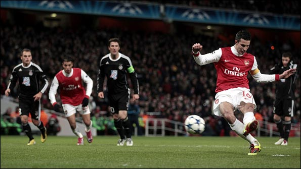 Van Persie converts his penalty to put Arsenal 1-0 up