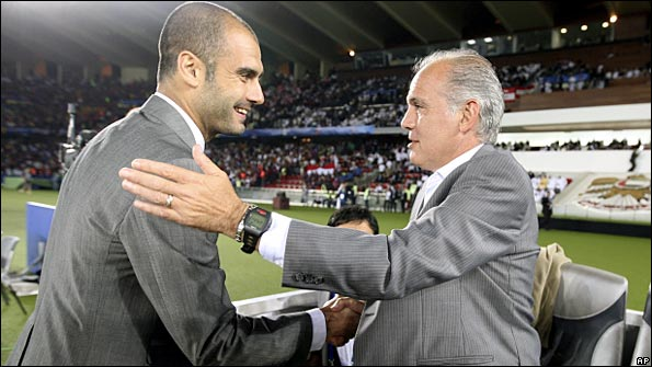 Sabella (left) talks to Barca boss Pep Guardiola before the World Club final
