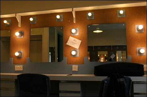 Bbc tyne in pictures backstage at theatre royal for Celebrity dressing room mirror