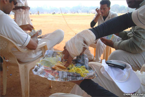 Cricket players eat lunch
