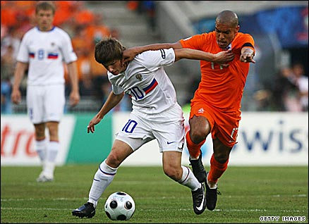 Arshavin takes on the Dutch