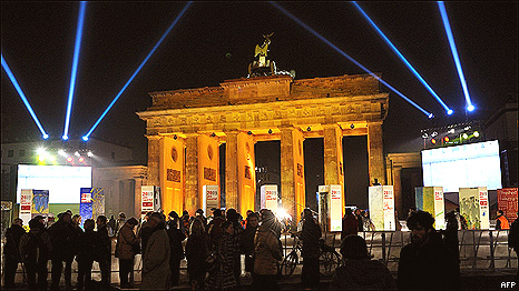 People in front of the Brandenburg gate in Berlin as part of the celebrations of the 20th anniversary of the fall of the Berlin Wall (8 November 2009)