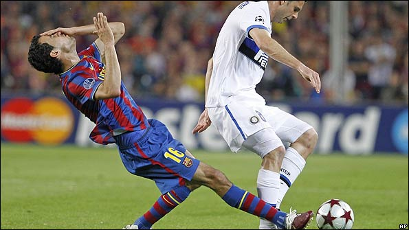 Sergi Busquets is challenged by Thiago Motta