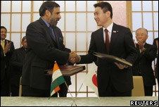 Indian Trade Minister Anand Sharma (l) and Japanese Foreign Minister Seiji Maehara