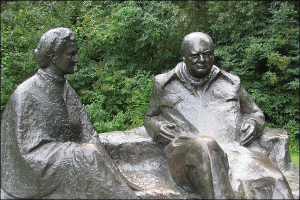 Tượng vợ chồng Clementine và Winston Churchill ở Charwell