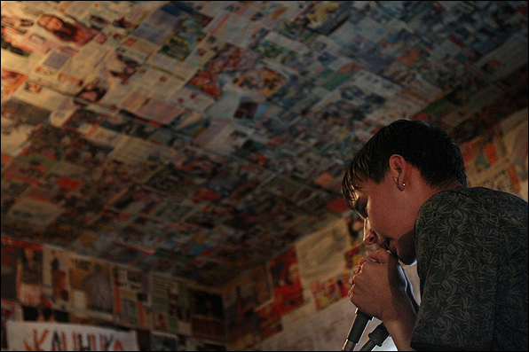 bbc russian Фотоблог Ответная агрессия или Альтернативщики в  Ребята сами пишут тексты своих песен и музыку издают альбомы которые расходятся чаще всего среди узкого круга поклонников А таковых стало намного меньше