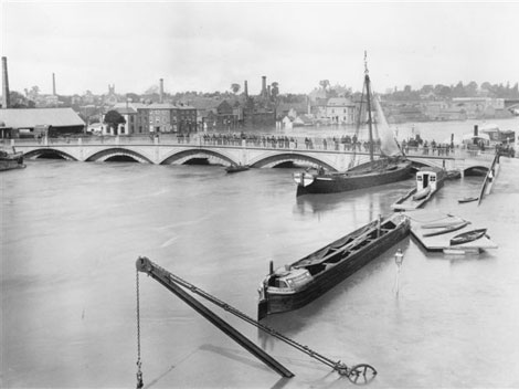 Worcester Bridge in 1886, water up to arches