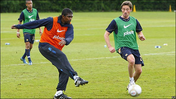 Kanu and Tommy Smith training ahead of the FA Cup final