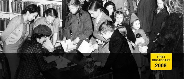 Children queuing for Enid Blyton's autograph in 1945.