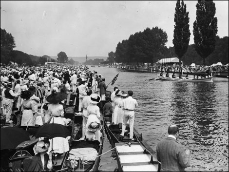 1912: Royal Barge leaving landing stage on the Thames during the Henley Regatta. (Photo by Topical Press Agency/Gett
