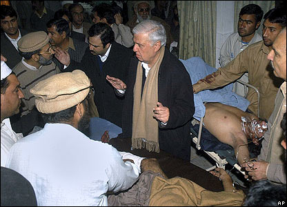 Aftab Sherpao(tengah), yang menjabat menteri dalam negeri dalam