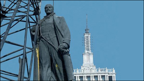 Lenin statue being taken down